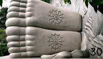 Что означает свастика на стопах Будды?